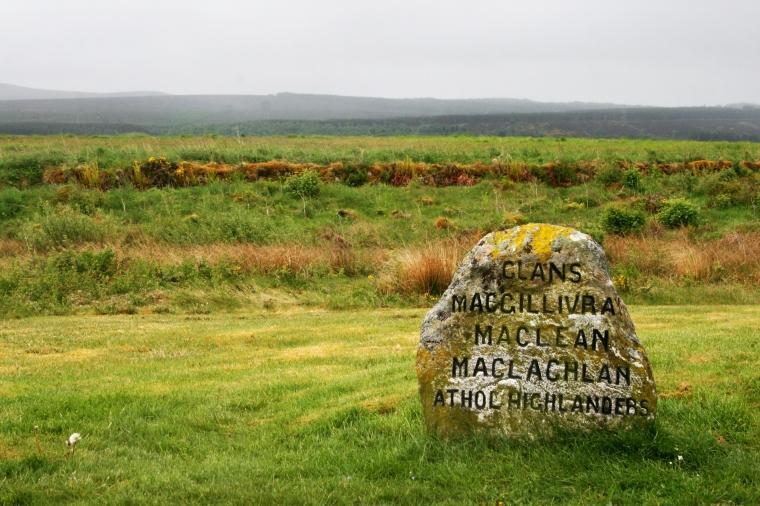 Drumossie Moor, la brughiera dove venne combattuta la battaglia di Culloden, con la pietra commemorativa dei Clan caduti.