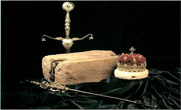La Stone of Destiny e i gioielli della Corona Scozzese, visibili al castello di Edimburgo