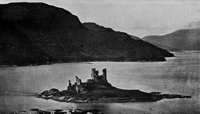 I resti dell'Eilean Donan Castle in una fotografia antecedente al restauro (prima del 1911)