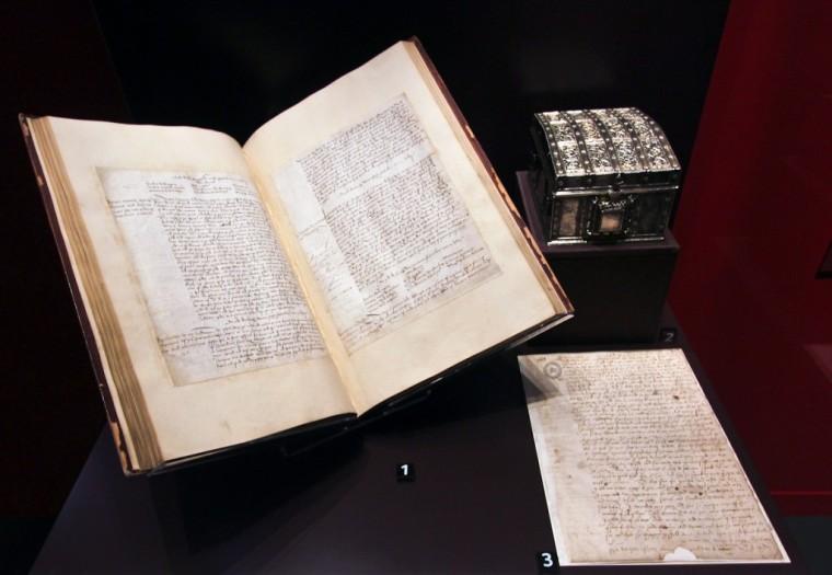 Le lettere dello scrigno in esposizione durante una mostra ad Edimburgo