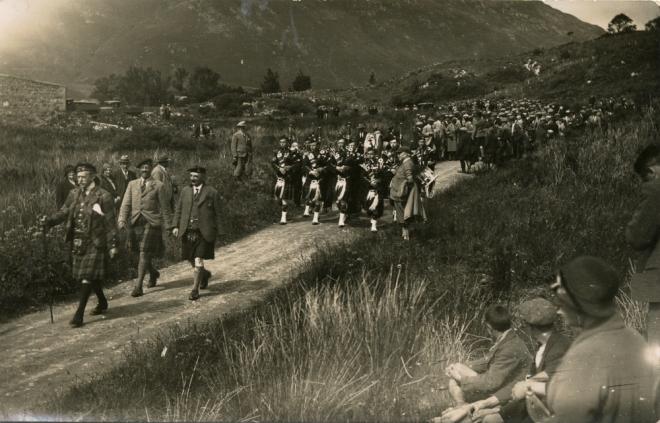 1932: Sfilata in occasione dell'apertura dell'Eilean Donan Castle (Fonte: https://eileandonan.wordpress.com/2011/03/19/reconstruction-photographs-discovery/)