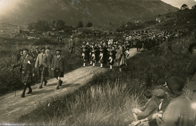 1932: Sfilata in occasione dell'apertura dell'Eilean Donan Castle (Fonte: https://eileandonan.wordpress.com/2011/03/19/reconstruction-photographs-discovery/)