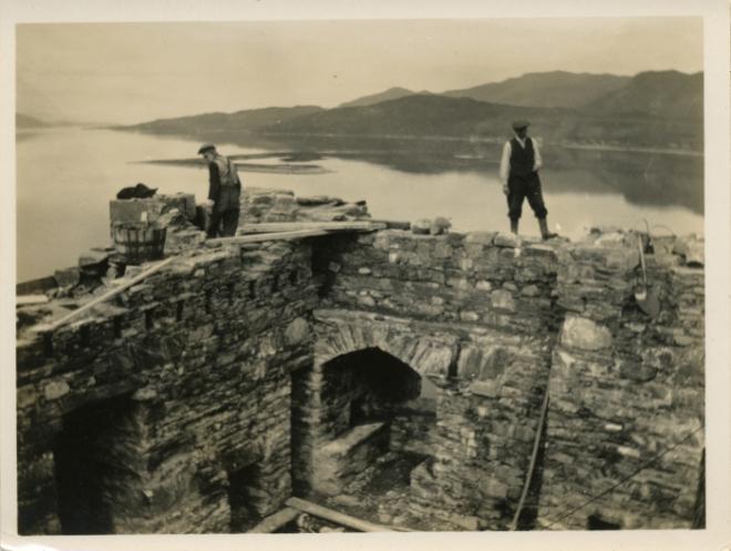 Lavori di restauro all'Eilean Donan Castle, fotografia databile 1920-1930 (Fonte: https://eileandonan.wordpress.com/2011/03/19/reconstruction-photographs-discovery/)
