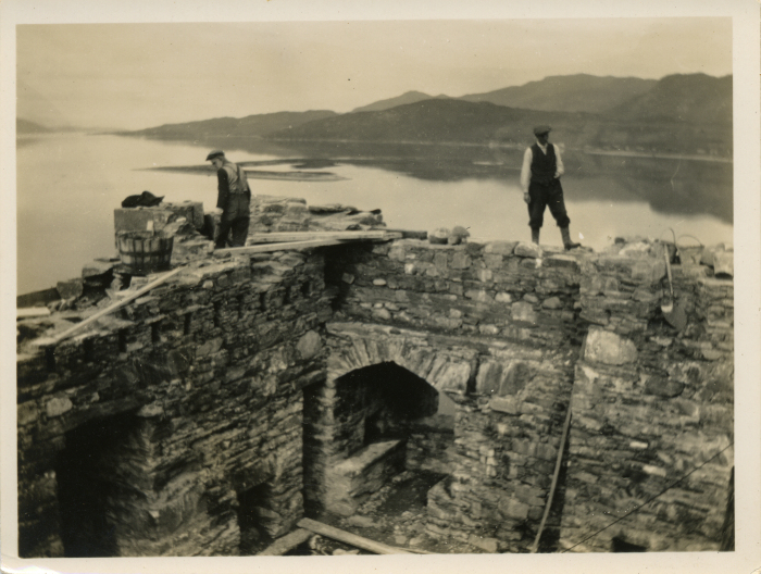 Lavori di restauro all'Eilean Donan Castle, fotografia databile 1920-1930 (Fonte: https://eileandonan.wordpress.com/2011/03/19/reconstruction-photographs-discovery/)