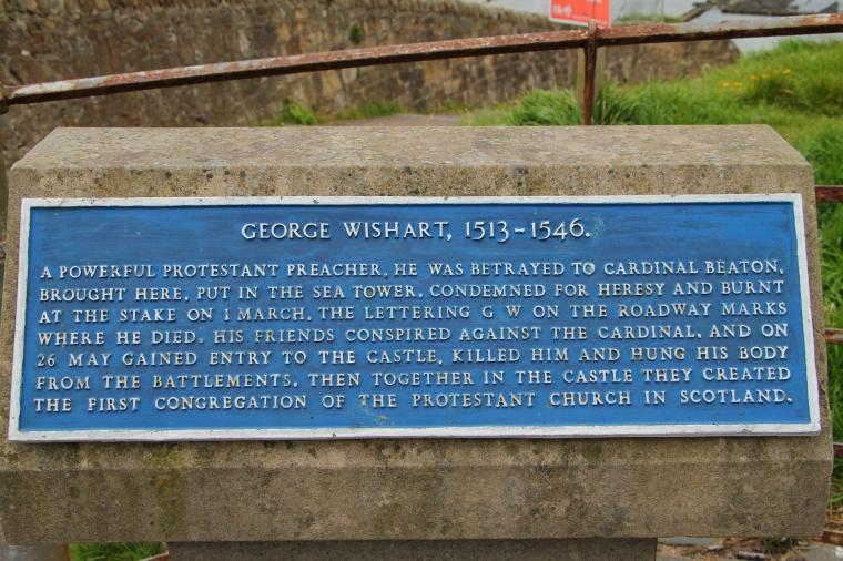 La targa che commemora la morte di George Wishart, bruciato per ordine del cardinare Beaton fuori dal castello.