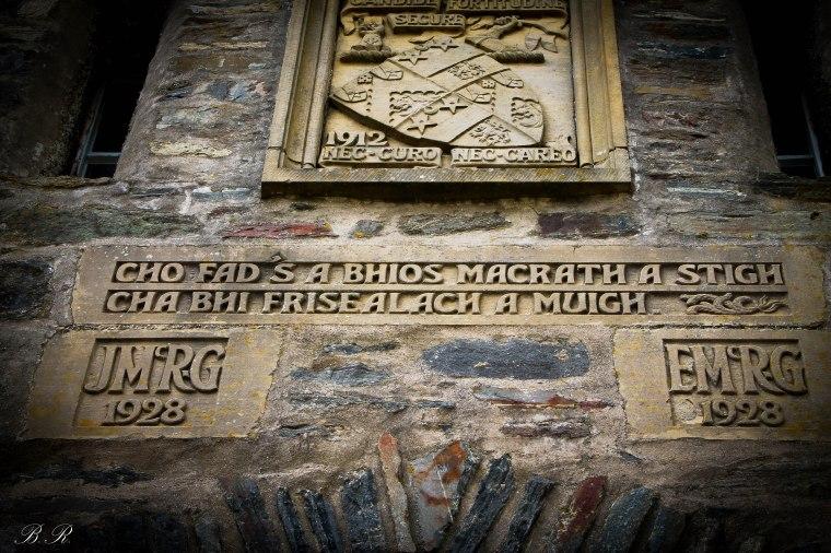 La scritta in gaelico sopra il portone di ingresso al castello