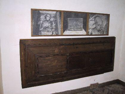 Un'immagine del coperchio della bara di Bothwell nella  Faarevejie Church e delle foto del suo corpo mummificato riesumato nel 1885