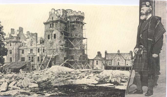 Costruzione di Beaufort House, nel tardo 1870. A destra un ritratto del XII Lord Lovat