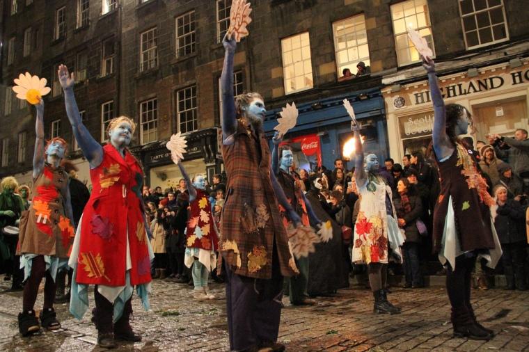 Festeggiamenti per Samhain ad Edimburgo: le persone azzurre e colorate rappresentano l'estate, quelle vestite di scuro invece l'inverno.