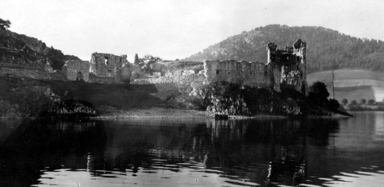 Una vecchia fotografia di Urquhart Castle (Fonte: http://tour-scotland-photographs.blogspot.it/2015/09/old-photograph-urquhart-castle-scotland.html)