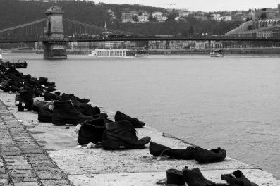 Scarpe lungo il Danubio