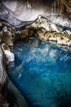 L'incredibile acqua azzurra (e caldissima) della Grjótagjá