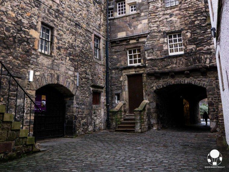 location-outlander-scozia-edimburgo-bakehouse-close-tipografia-a-malcom-print-shop-berightback