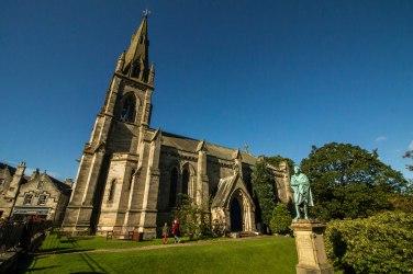 La Parish Church di Falkland e la statua di Lyndall Bruce in primo piano