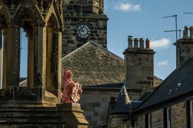 Un particolare della Bruce Fountain: il leone rosso che porta uno scudo araldico