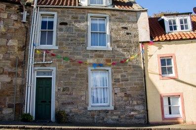 Le bandierine colorate sugli edifici attorno al porto
