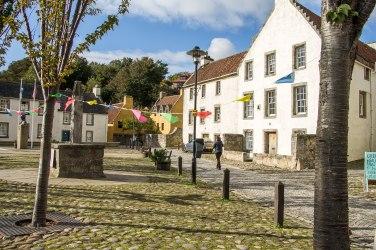 La piazzetta di Culross con le bandierine colorate