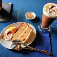 Il pranzo alla tearoom: fetta di torta di carote e cioccolata calda con panna!
