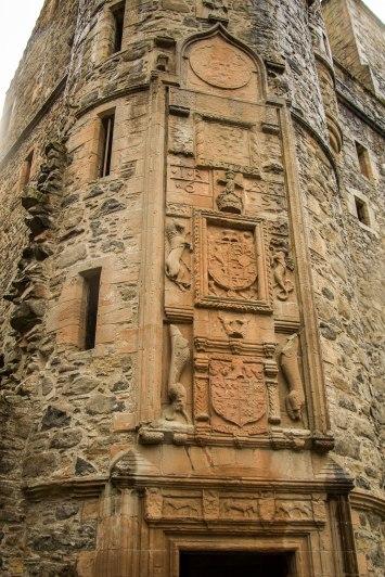 L'incisione sopra alla porta d'accesso al castello