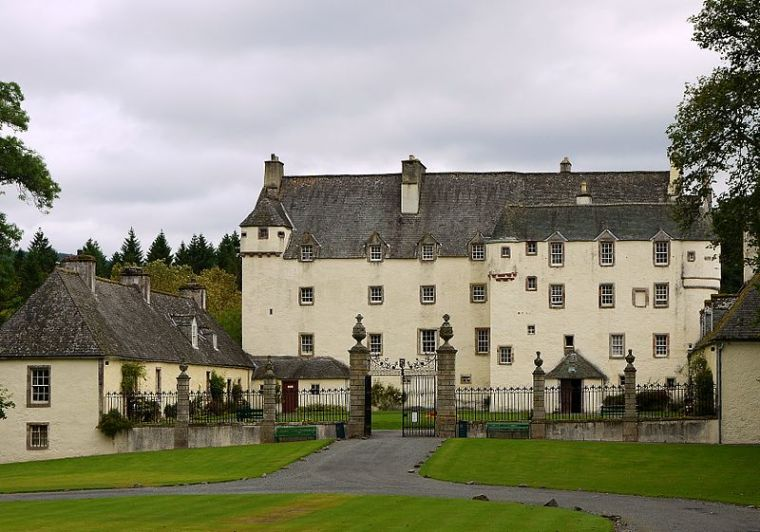 800px-traquair_house